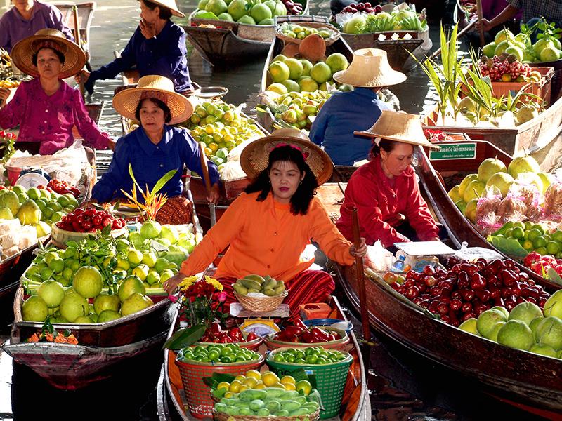 Cảnh buôn bán tấp nập trên chợ nổi Bốn Miền (Four Regions) tại Pattaya