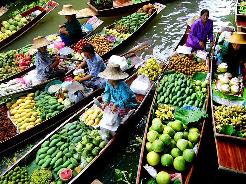Cảnh buôn bán tấp nập tại chợ nổi Khlong Lat Mayom