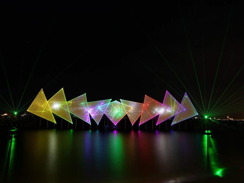 Sân khấu màn hình rộng với 9 phần hình tam giác