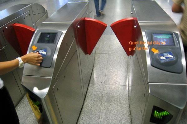 Hướng dẫn cách đi tàu điện Bangkok - Cổng kiểm soát MRT