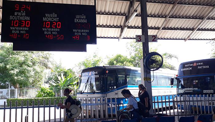 Trạm xe bus nằm ở phía sau, có bảng đèn ghi giờ đi và chuyến