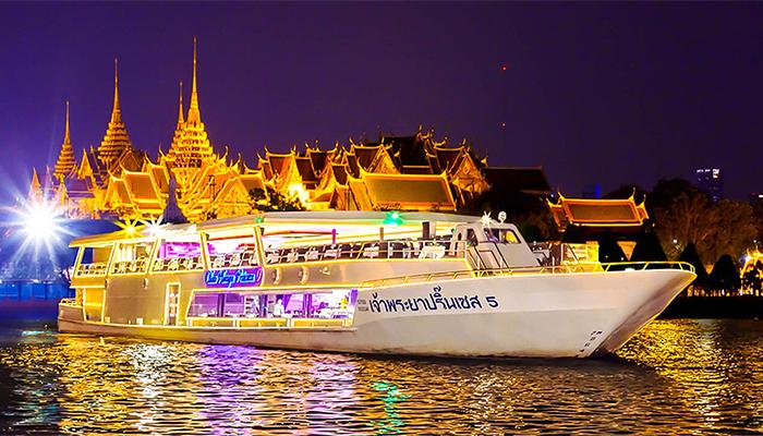 Một trong những chiếc tàu ăn tối nổi tiếng ở Bangkok là Chao Phraya Princess