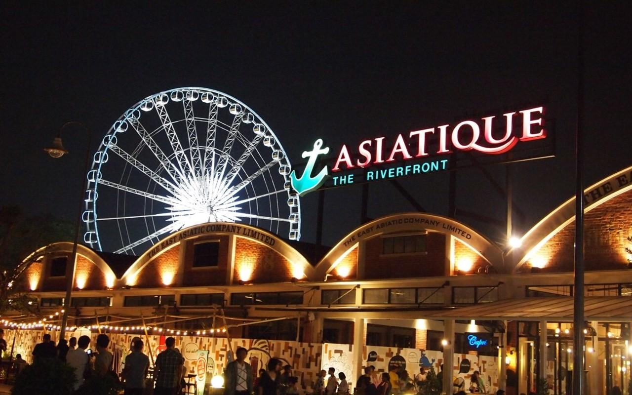 Asiatique luôn tấp nập du khách đến tham quan và mua đồ