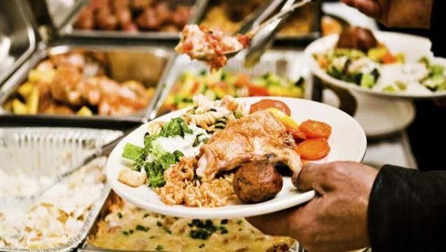 Thưởng thức buffet tại làng ẩm thực