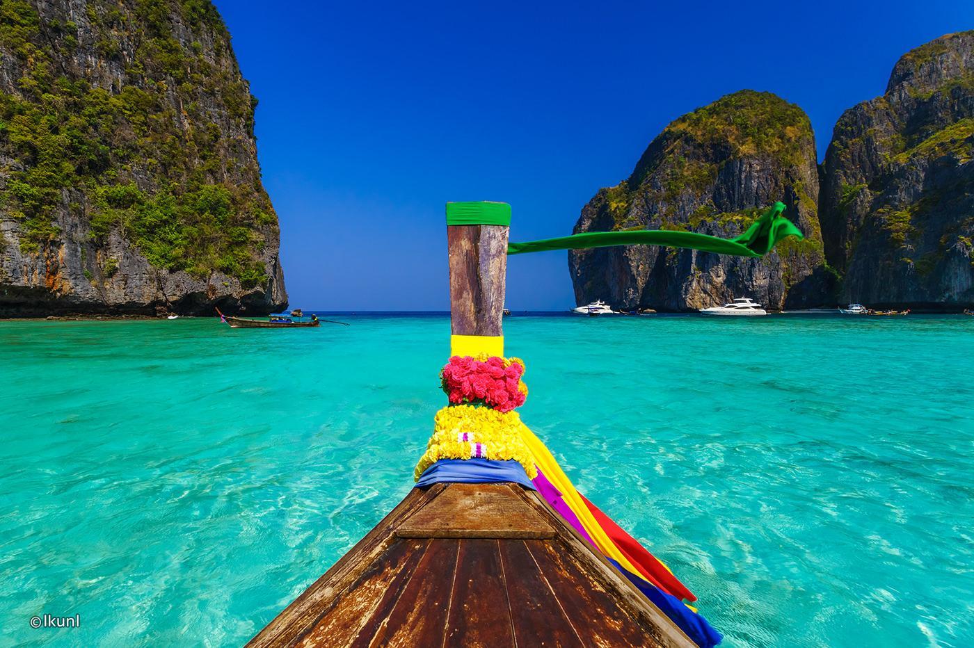 Du khách có thể thuê những chiếc thuyền và dạo quanh trên những hòn đảo nhỏ