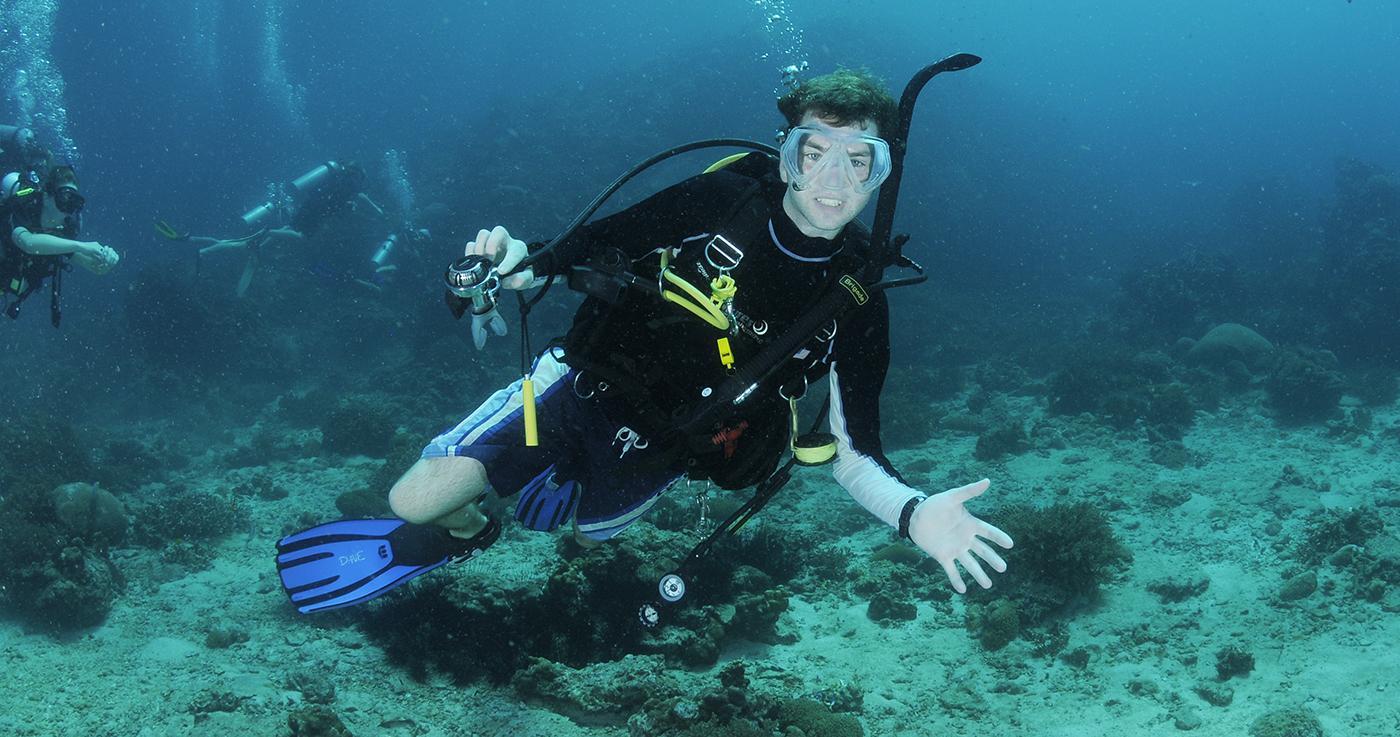 Lặn ngắm san hô là hoạt động được nhiều bạn trẻ yêu thích