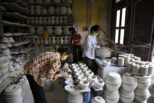 Các nghệ nhân đang chế tác gốm cho ra những sản phẩm đẹp nhất