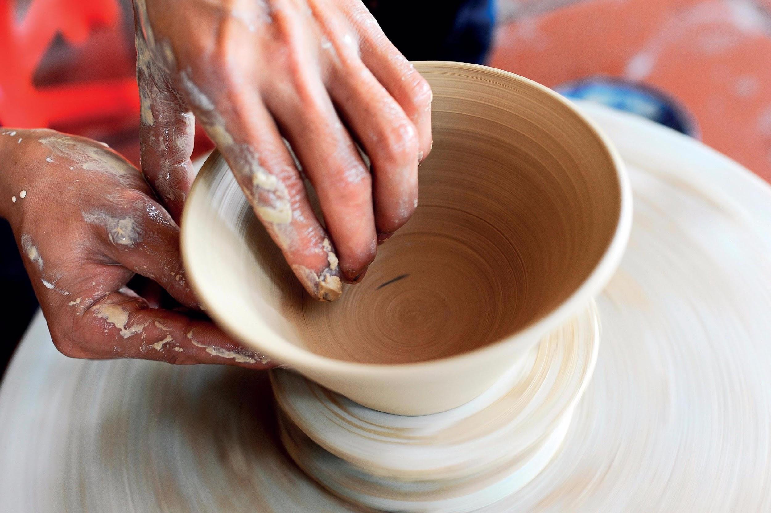Du khách thường chọn nặn bát vì có hình dáng dễ vuốt, nặn hơn các sản phẩm khác
