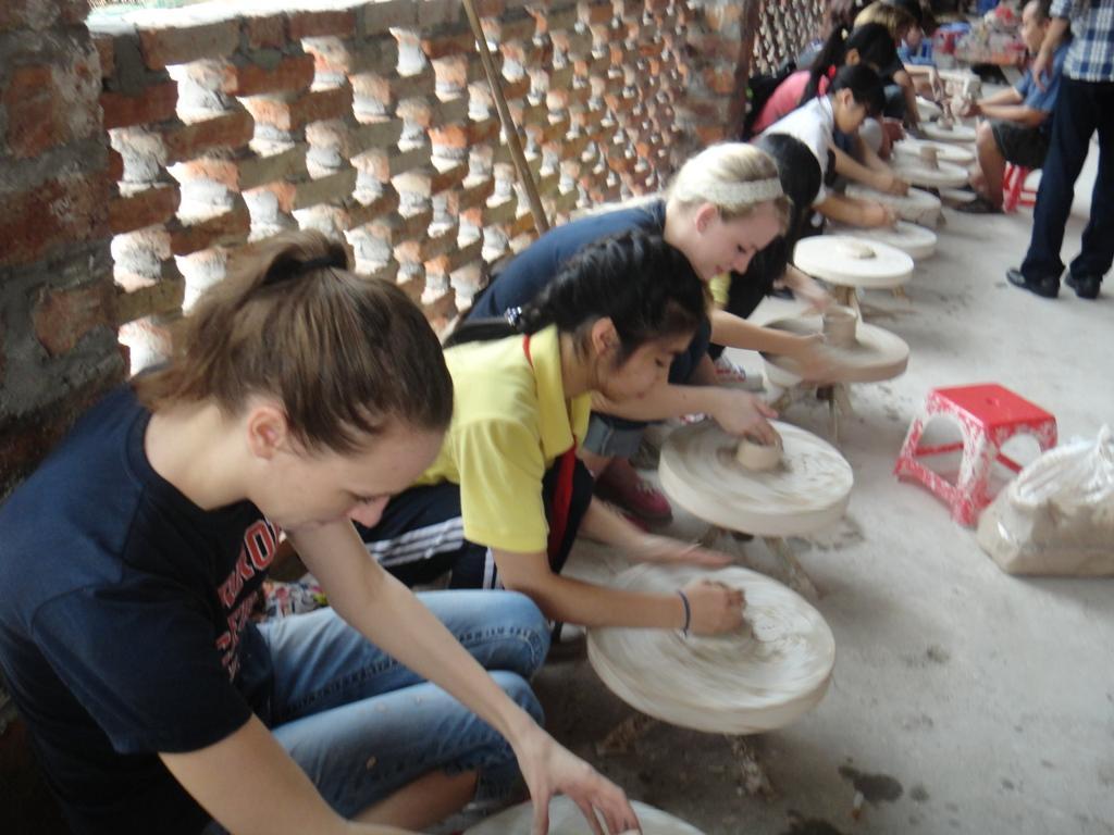 Không chỉ các em học sinh mà du khách nước ngoài cũng rất hứng thú với hoạt động nặn gốm