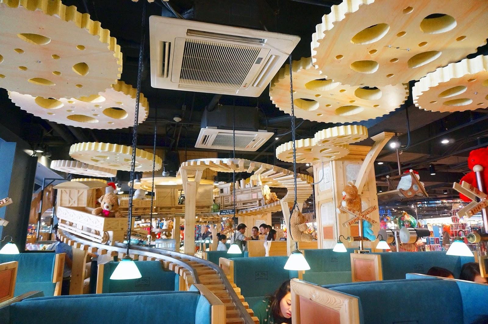 Hàng bánh ngọt nổi tiếng Mr.Jones' Orphanage với thiết kế bắt mắt tại Siam Center
