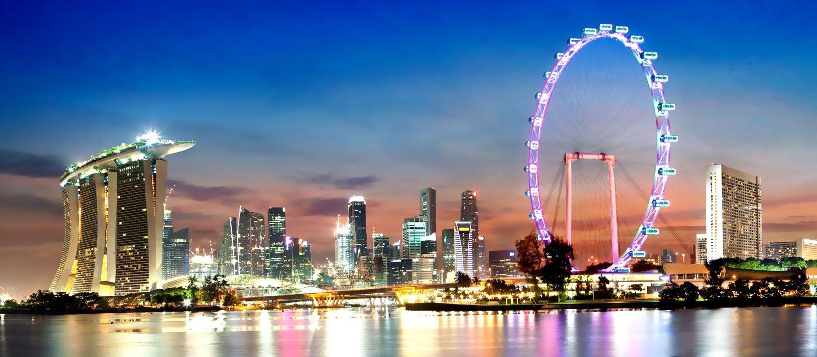 Ngồi trên thuyền và ngắm nhìn Singapore đẹp hớp hồn du khách về đêm