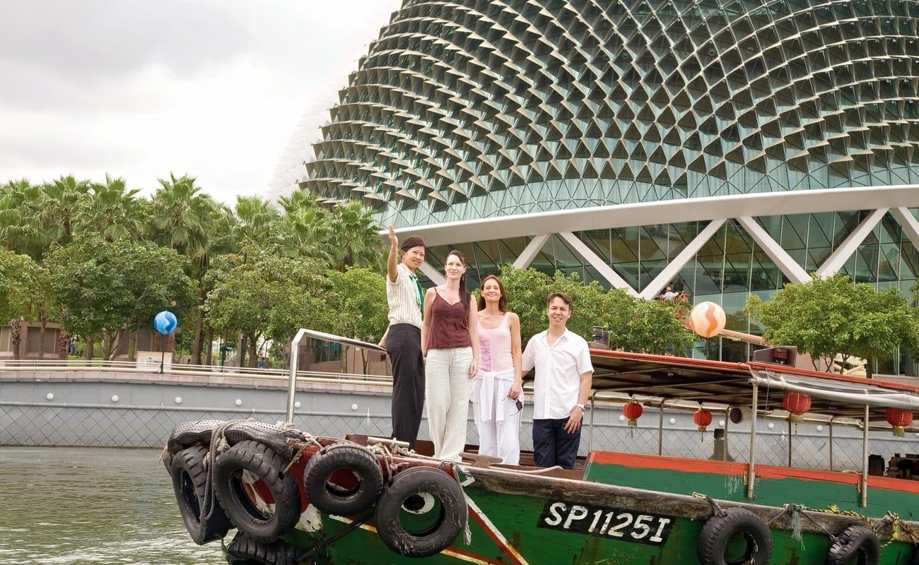 Mỗi chuyến đi đều có hướng dẫn viên chuyên nghiệp, thân thiện phục vụ du khách