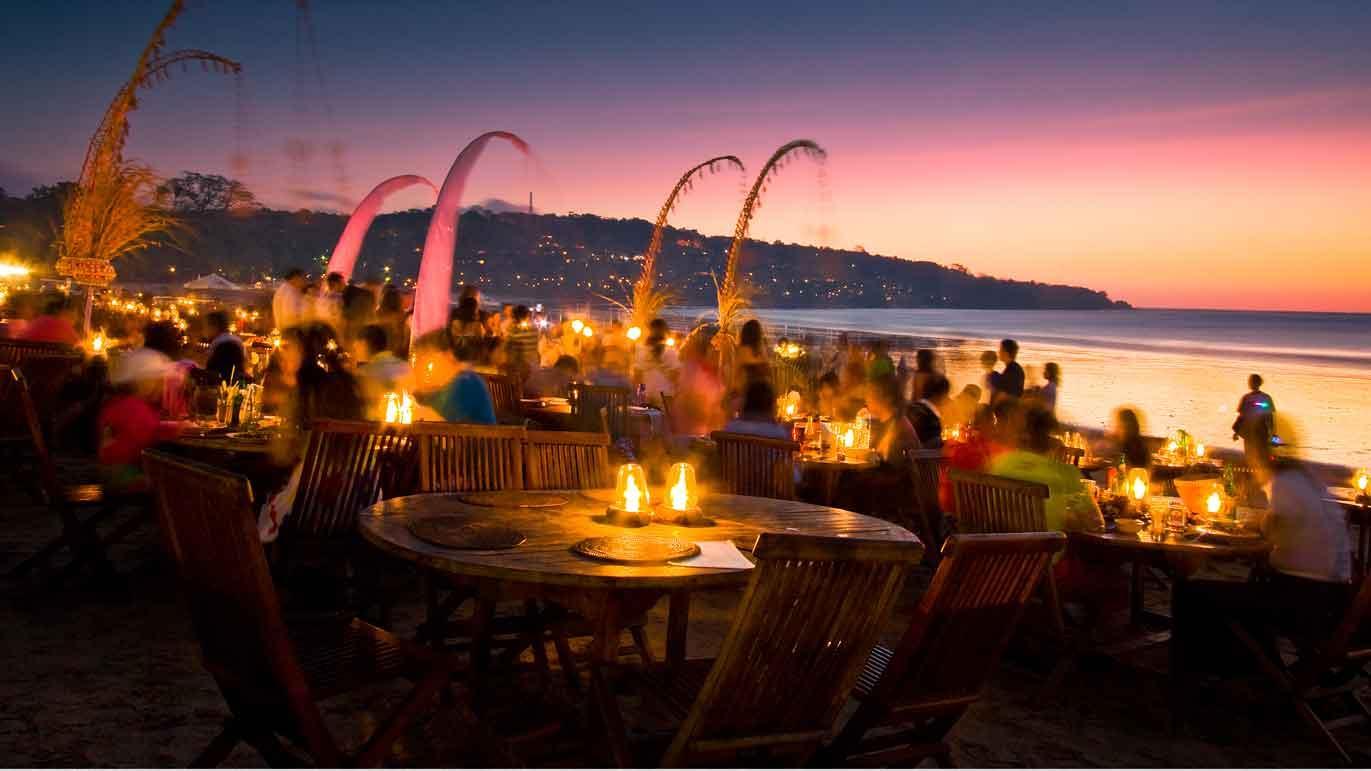 Từ những nhà hàng bình dân cho đến những nơi sang trọng đều sẵn sàng phục vụ du khách khi hoàng hôn buông