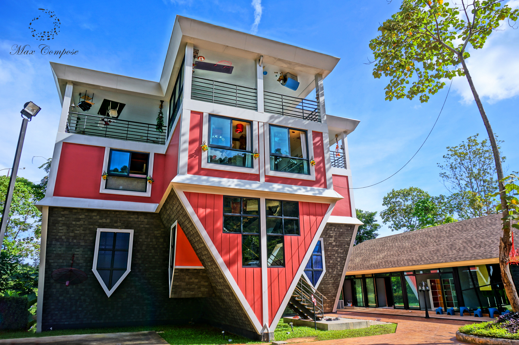 Lối kiến trúc độc đáo ngược đời khiến nhiều du khách tò mò