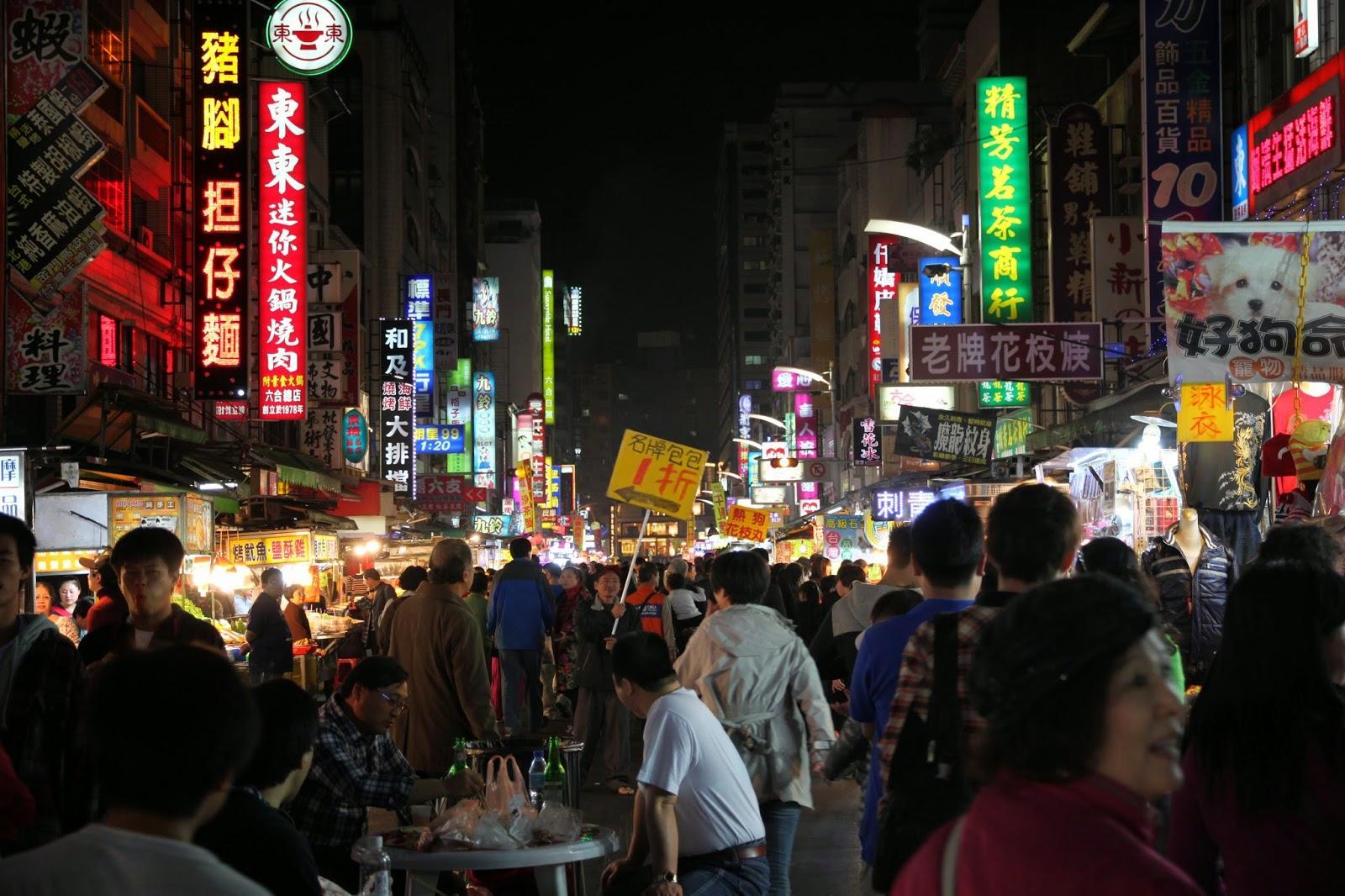 Khu chợ đêm luôn tấp nập người qua lại