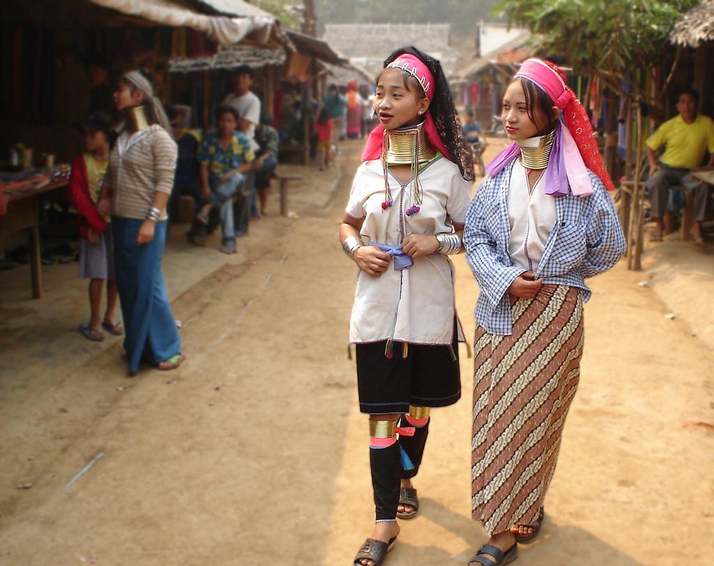 Ở làng cổ dài Karen, 100% phụ nữ tự tin với vẻ ngoài của họ