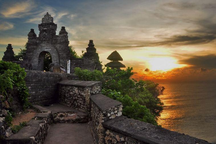 """Đền Uluwatu cheo leo trên một """"eo gió"""" giữa biển"""