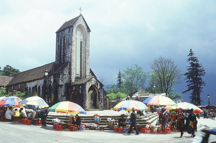 Xung quanh Nhà thờ đá có rất nhiều hàng quán chuyên bán đặc sản Sapa