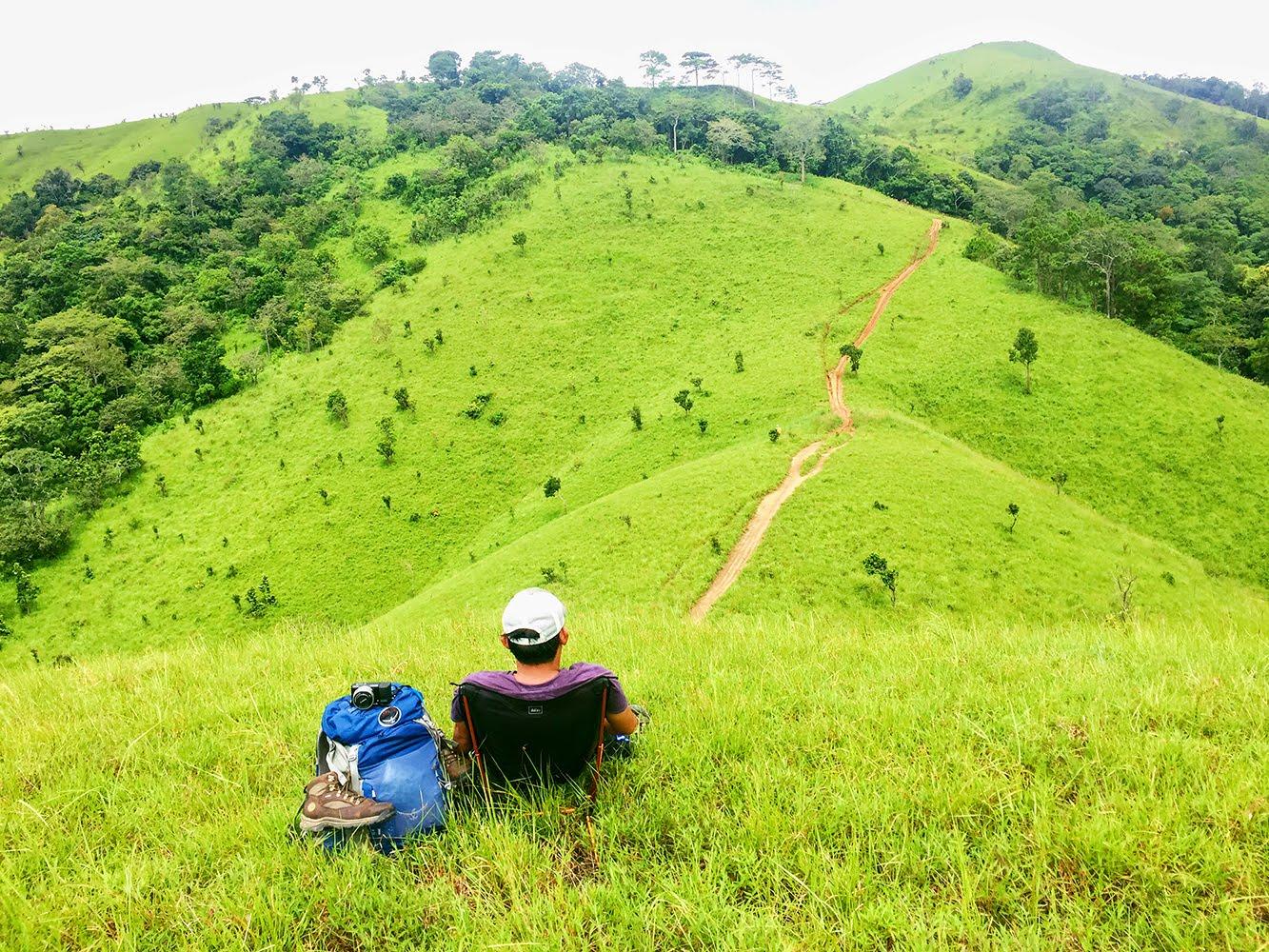 Vùng đồi cỏ xanh rì như một bức tranh đầy thơ mộng