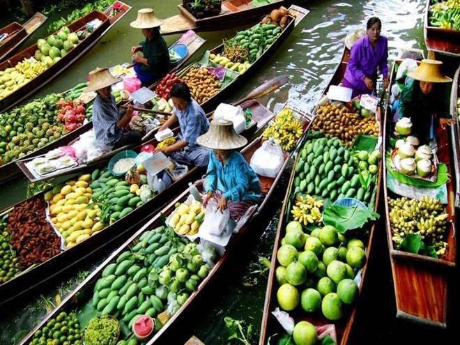 Vô vàn trái cây thơm ngon được bán ở chợ nổi