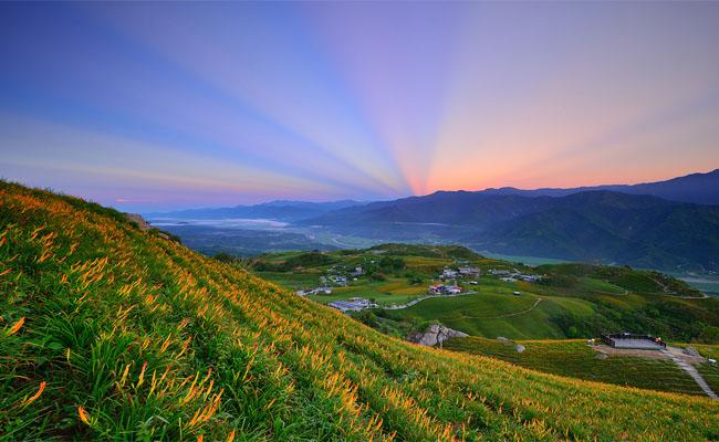 Thung lũng Hoa Đông đẹp rạng rỡ khi hoàng hôn buông