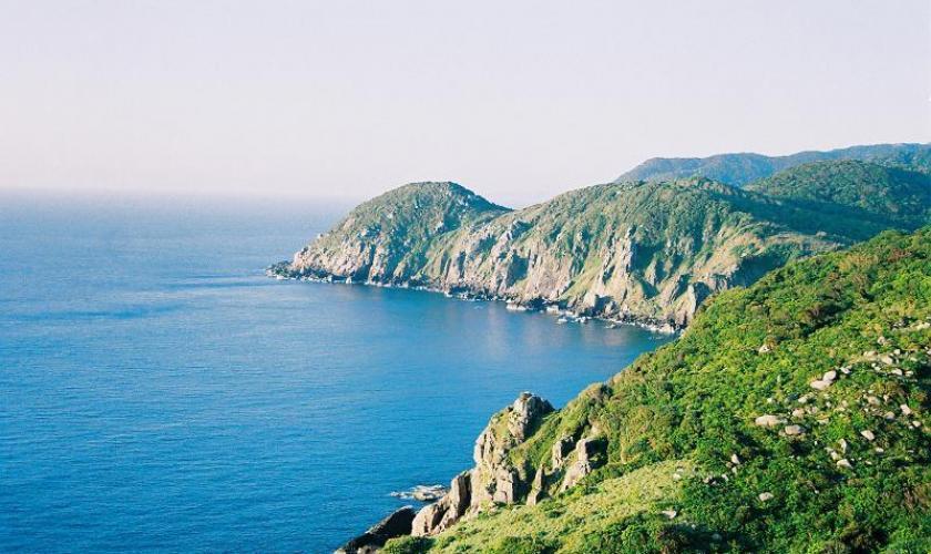 Khung cảnh rừng núi ôm trọn biển nước tại vịnh Vân Phong