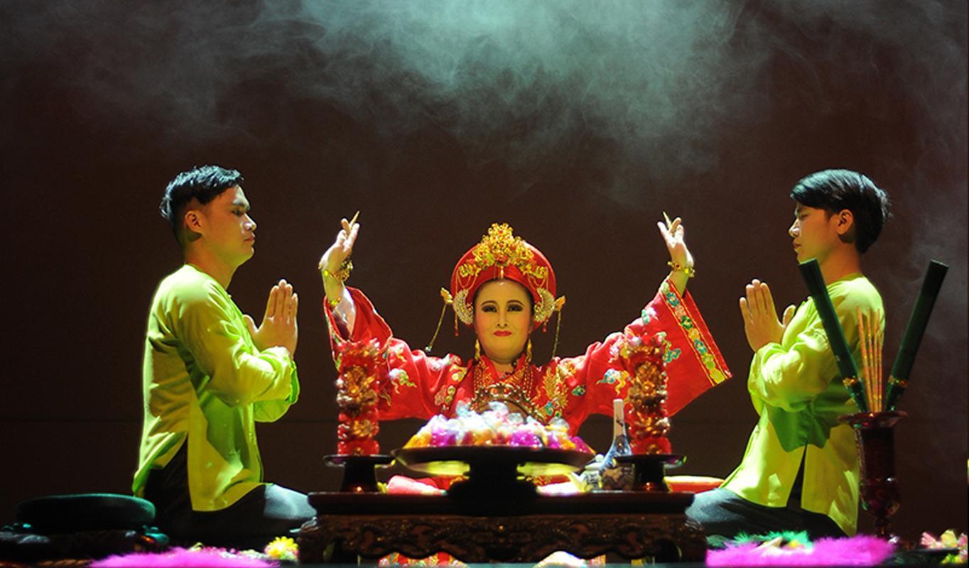 Các nghệ sĩ đã phải khổ luyện nhiều ngày để có thể đặc tả được đúng chất của nghi lễ Hầu Đồng