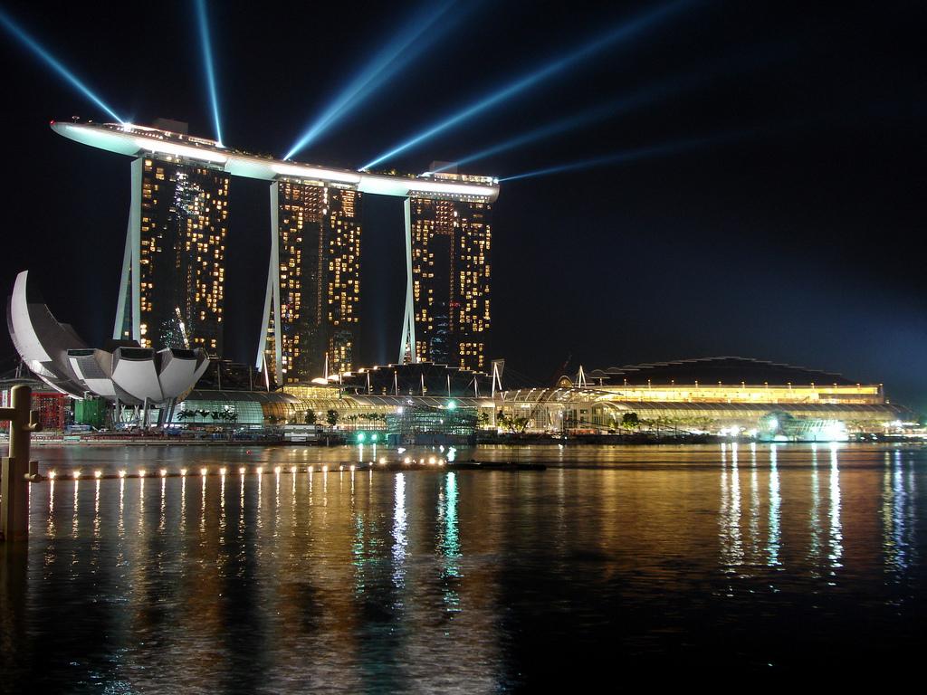 Marina Bay Sands Skypark về đêm thực sự huyền ảo với ánh sáng màu sắc lung linh