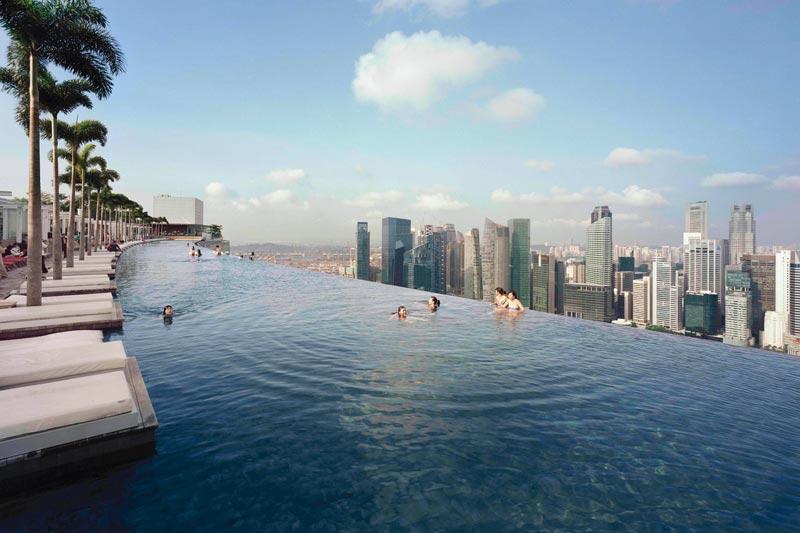 Bơi tại đây bạn sẽ có cảm giác như đang lo lửng phiêu du, dễ dàng với tay đến những tòa nhà chọc trời hay đám mây xốp trắng...