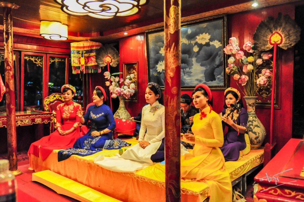 Thời lượng cho mỗi buổi biểu diễn ca Huế trên sông Hương là 1h15 phút!