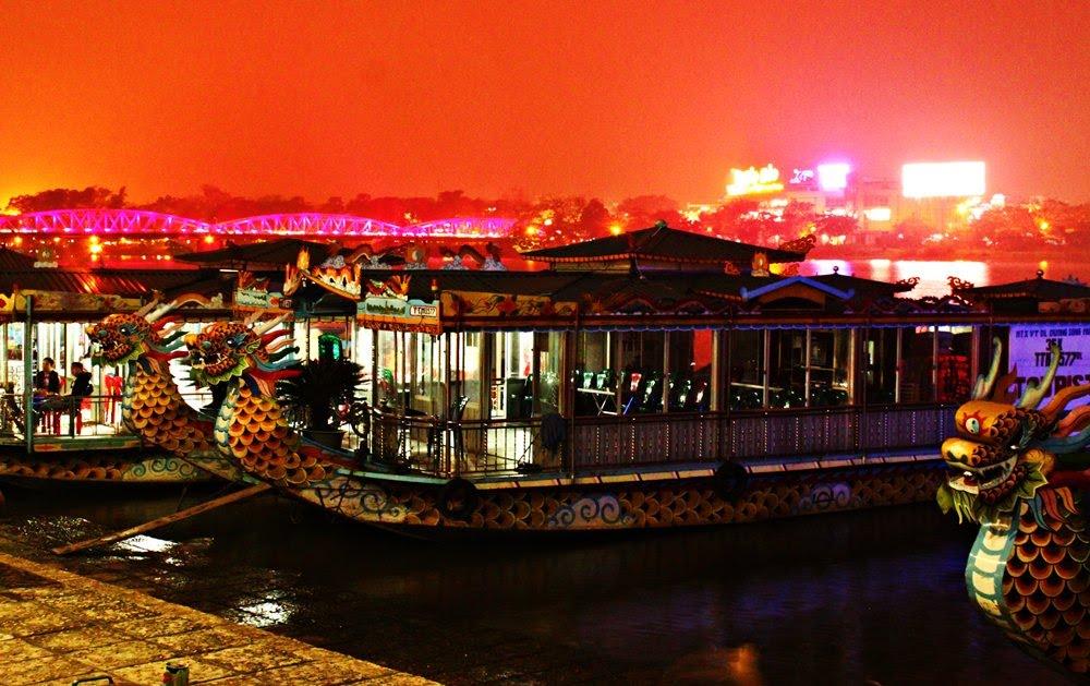Bến thuyền Tòa Khâm rực rỡ ánh đền mỗi đêm