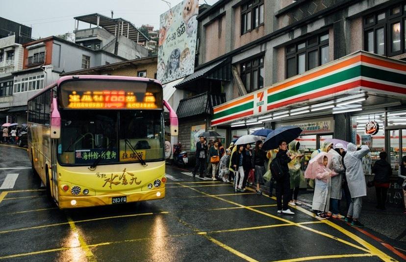 Bus đến Cửu Phần dừng ngay trước cửa 7 – Eleven, cửa ngõ vào phố cổ Jiufen