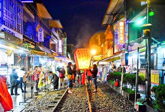 Đường ray tàu ở ga Pingxi là địa điểm thả đèn trời nổi tiếng Thập Phần