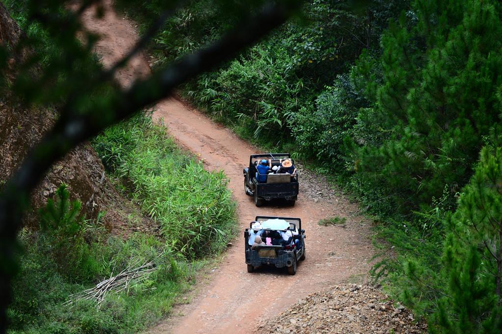 Dạo quanh làng bằng xe Jeep là một trải nghiệm đáng thử