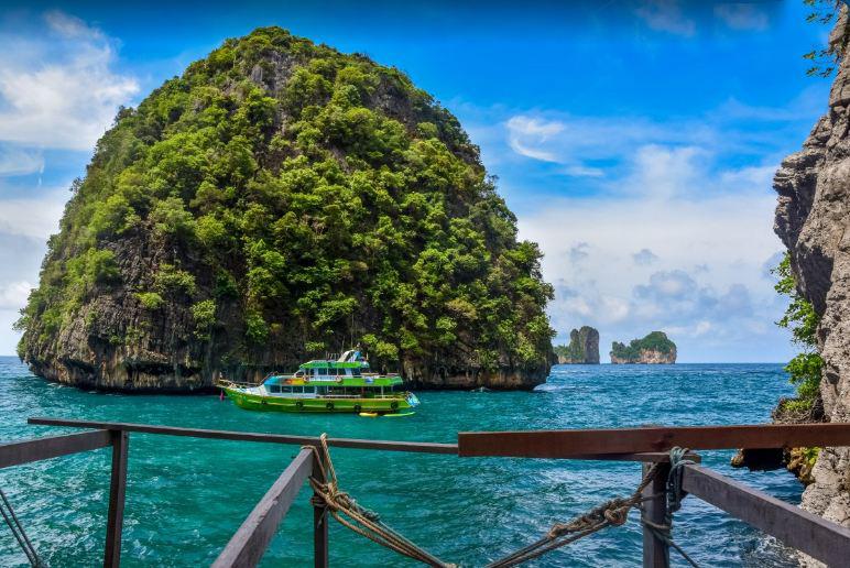Du thuyền Racha Sunset Cruise sẽ đưa bạn đi khám phá mọi ngõ ngách của vùng biển Andaman xinh đẹp