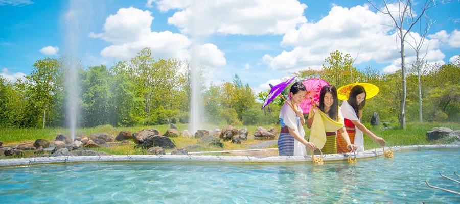 Du khách đến Kampang thường đi theo nhóm để cùng nhau trải nghiệm niềm vui