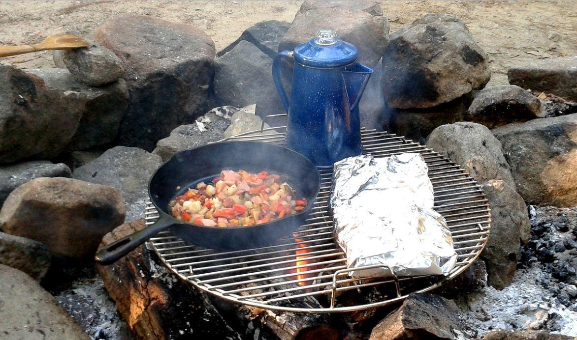 Sau khi nấu nướng xong các bạn nhớ đổ nước để dập tắt bếp hoàn toàn, tránh gây cháy rừng nhé