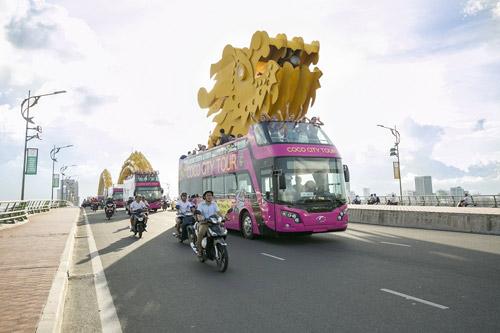 Coco Bus di chuyển trên cầu Rồng được xem là biểu tượng của Đà Nẵng