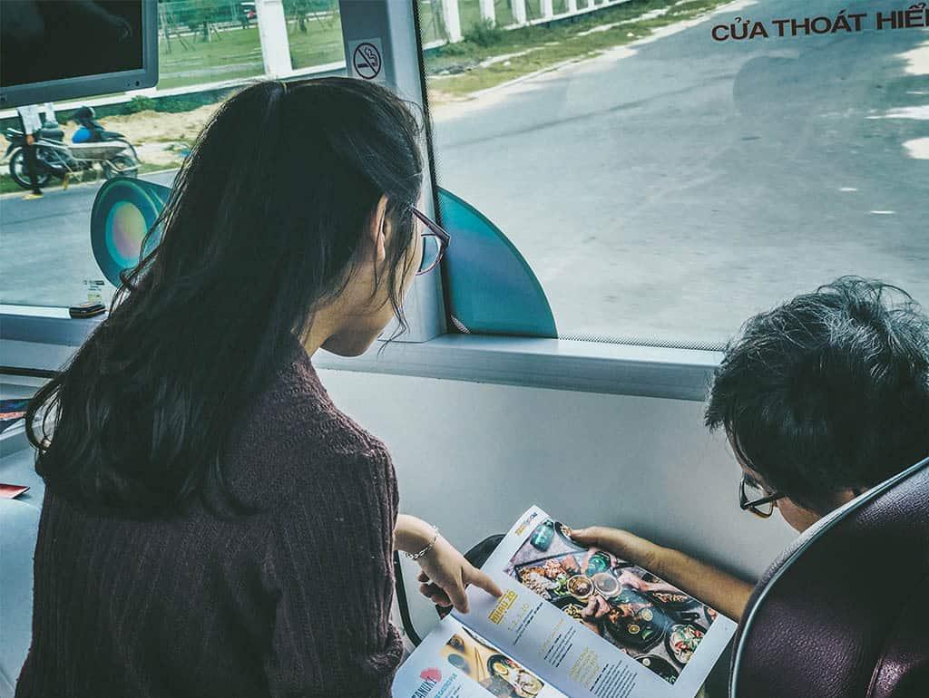 Coco Bus Tour luôn có hướng dẫn viên hỗ trợ du khách