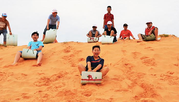 Trượt cát luôn là hoạt động ưa thích khi du khách đến đồi cát Phương Mai.