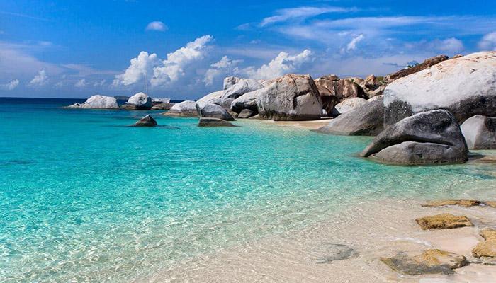 Đảo Hòn Khô với nước biển xanh trong vắt.