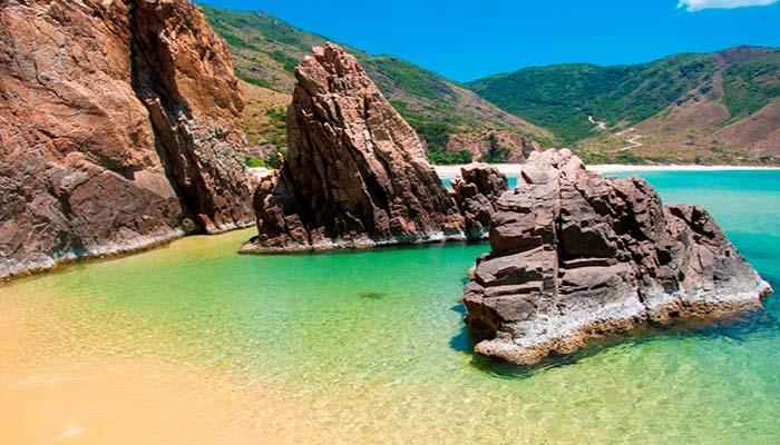 Bãi tắm tự nhiên được bao phủ bởi những tảng đá kì vĩ.
