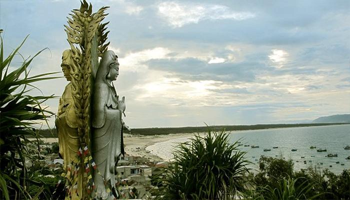 Mỗi mặt quay về của mẹ Quan Âm là mỗi hướng cầu phúc cho biển cả và núi rừng.