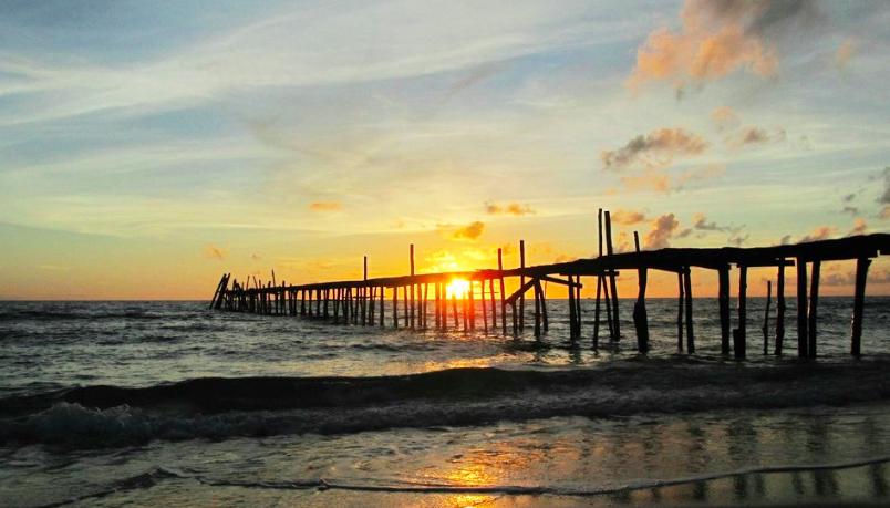 Bãi biển Robinson hoang sơ, có sóng mạnh hơn ở vịnh Sanace.