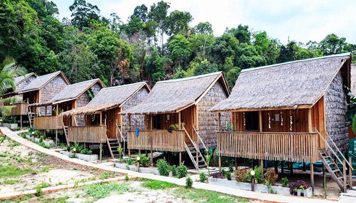 Hãy thử cảm giác ở một căn bungalow với mái lá, sàn gỗ thú vị như này nhé.