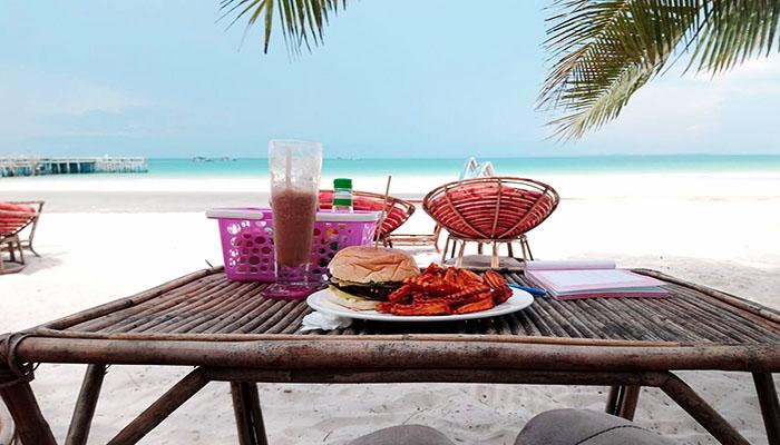 Sáng thức dậy bên cạnh bờ biển xanh và dùng bữa sáng như này thì quá tuyệt rồi đúng không.
