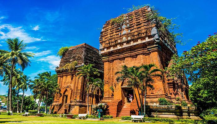 Tòa tháp đôi với lối kiến trúc Champa độc đáo.