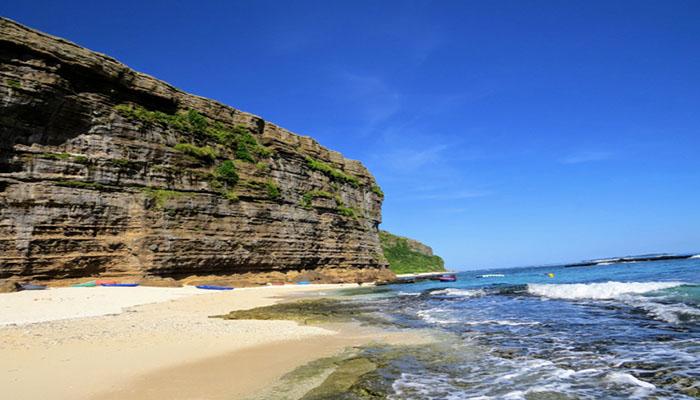 Tiếp giáp giữa núi và biển là bãi cát trắng và phần đá trầm tích gồ ghề. Nguồn: danviet.vn