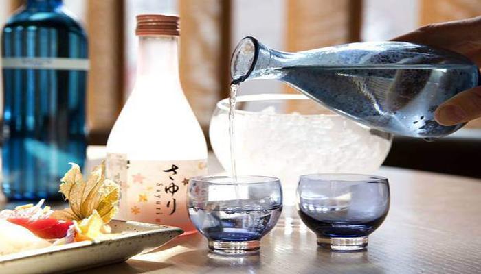 Nhật Bản cũng là đất nước của món rượu sake. Vì vậy đến Tokyo du lịch bạn đừng quên nhấm nháp một chút hương vị sake thơm nồng nhé. Nguồn: flickr.com