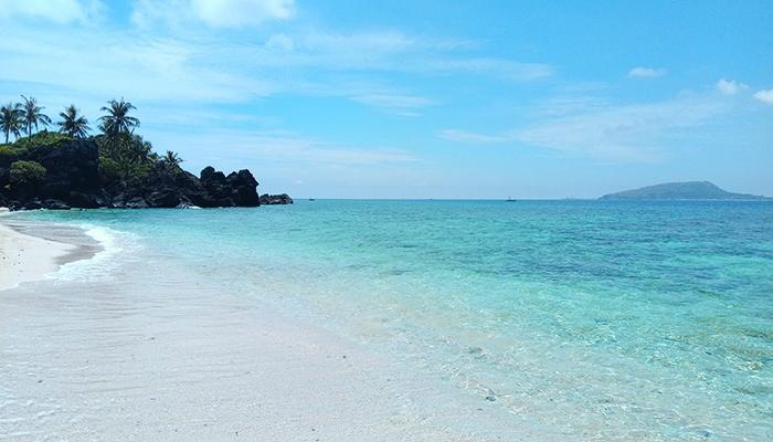 Vào những ngày nắng đẹp, nước biển ở đảo Bé trong xanh màu ngọc bích. Nguồn: FB du lịch lý sơn - gió biển homestay & camping đảo bé - lý sơn